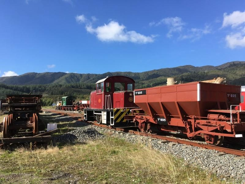 Tr189 shunting ballast wagon Yc895 out of the shed